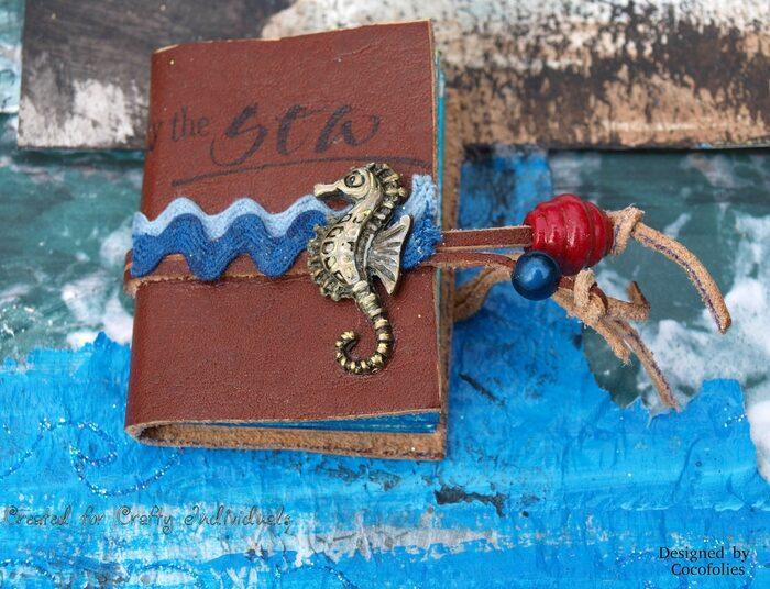 Livre miniature avec couverture en cuir, thème marin