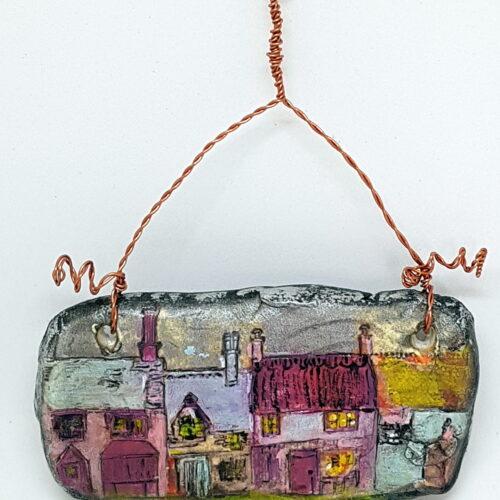 Village miniature peint à la main, sur argile  miniature à suspendre 7,5 x 4 cm 35 euros