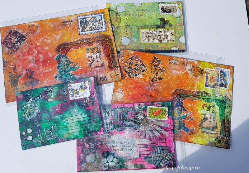cinq enveloppes décorées en mail art, façon art postal
