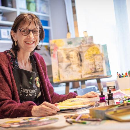 Cocofolies artiste de mixed media dans son atelier